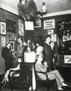 Interior del Cabaret Voltaire en 1920.