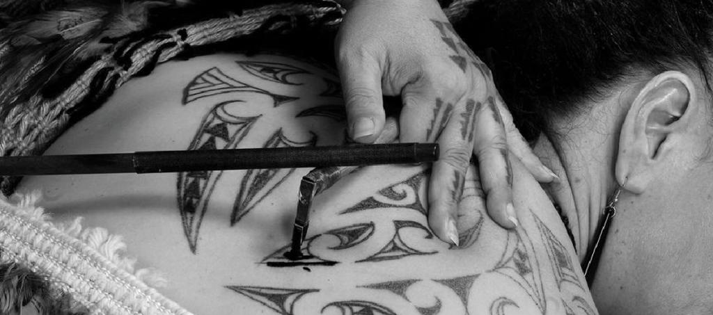 Técnica tradicional del tatuaje tribal polinesio.