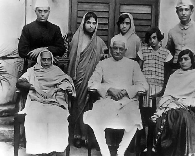La familia Nehru. De pie, de izquierda a derecha, Jawaharlal Nehru, Vijaya Lakshmi Pandit, Krishna Hutheesing, Indira Gandhi and Ranjit Pandit; sentados: Swaroop, Motilal Nehru y Kamala Nehru (1927).