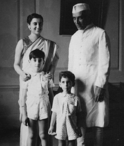 Indira Gandhi, Jawaharlal Nehru, Rajiv Gandhi y Sanjay Gandhi (1949).